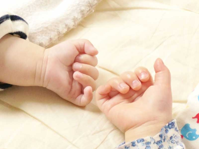 友達赤ちゃんの手