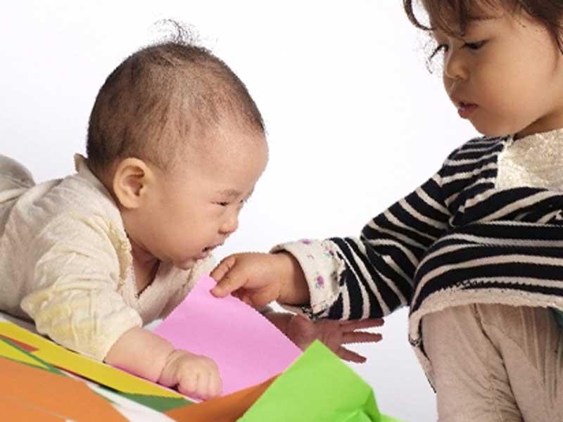 赤ちゃんと遊んでいる女の子