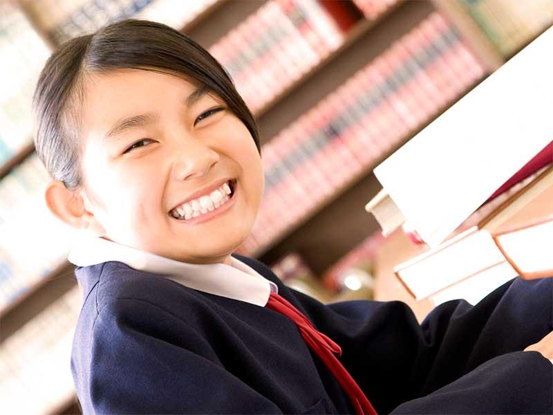 勉強してる女子中学生