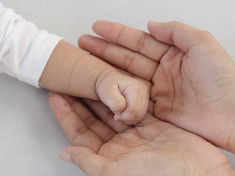 赤ちゃんとお母さんの手