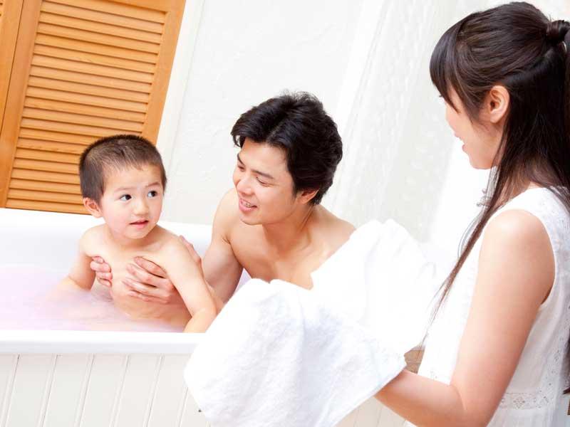 子供とお風呂に一緒に入っているお父さん