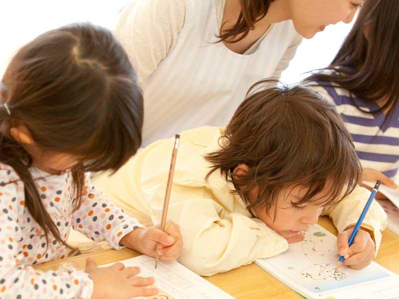 保育園で絵を描いている子供