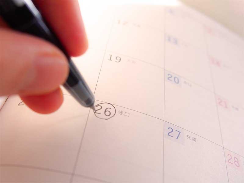 カレンダーに出産予定日をチェックしてる妊婦