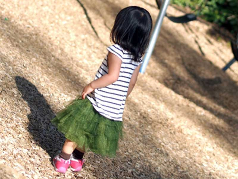 遊んでいる三歳の子供