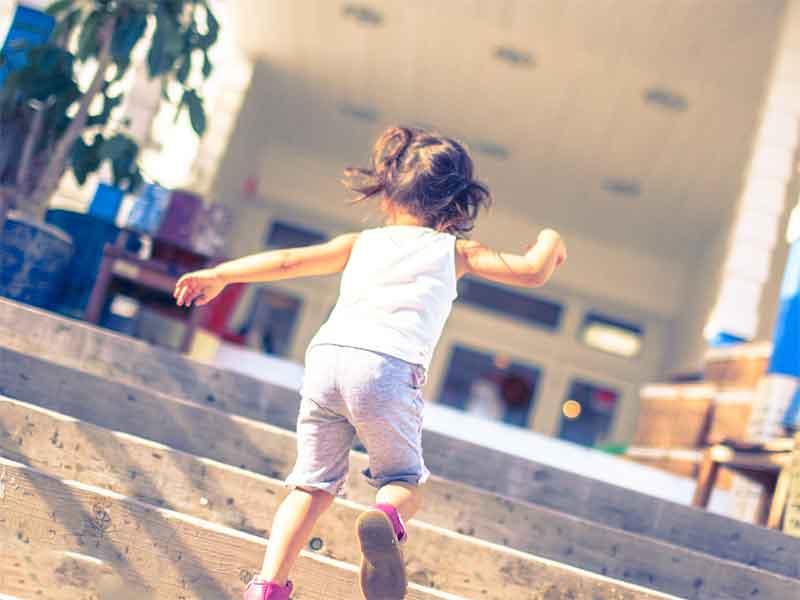 階段を駆け上がる5歳の女の子