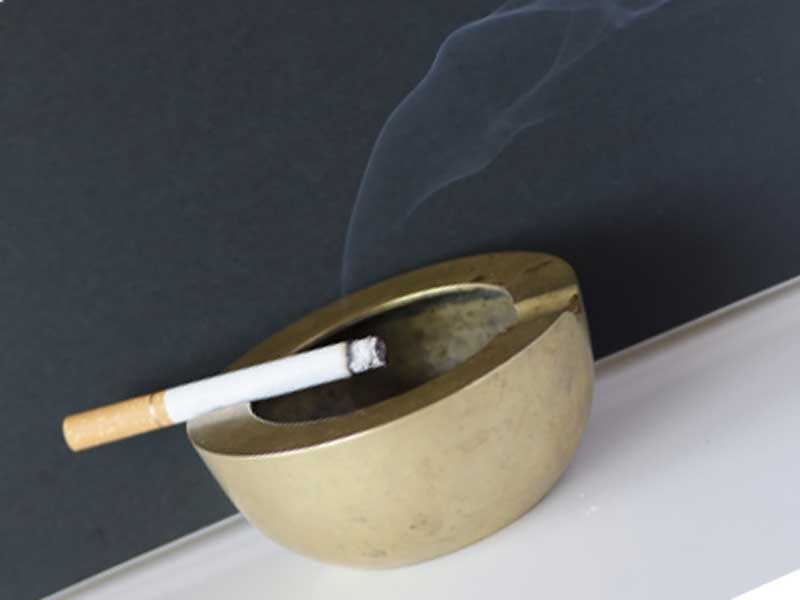 灰皿の上にたばこ