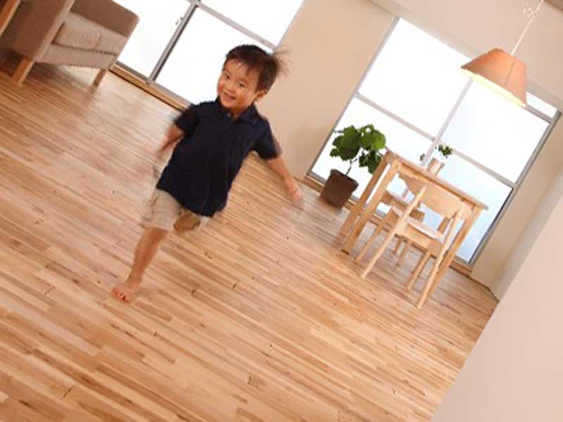 家の中で走っている子供