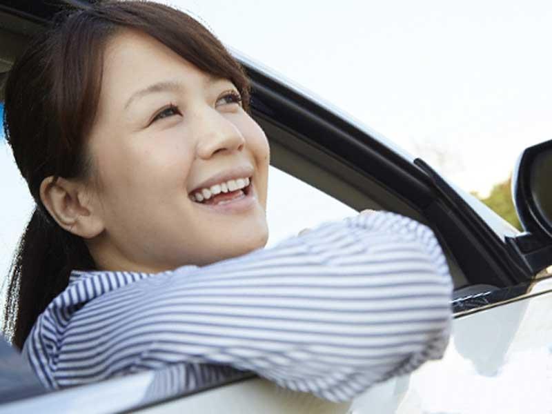 車に乗っている明るい女性