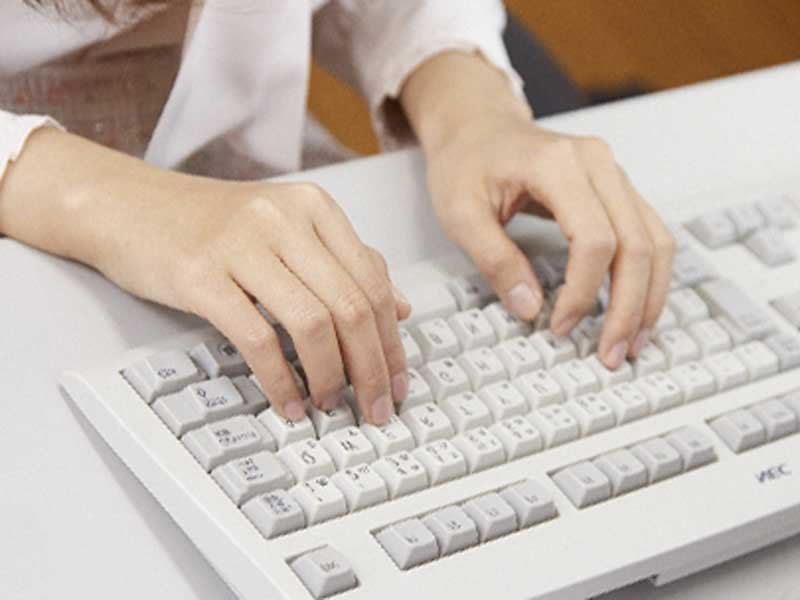 パソコンを使って仕事をしている女性