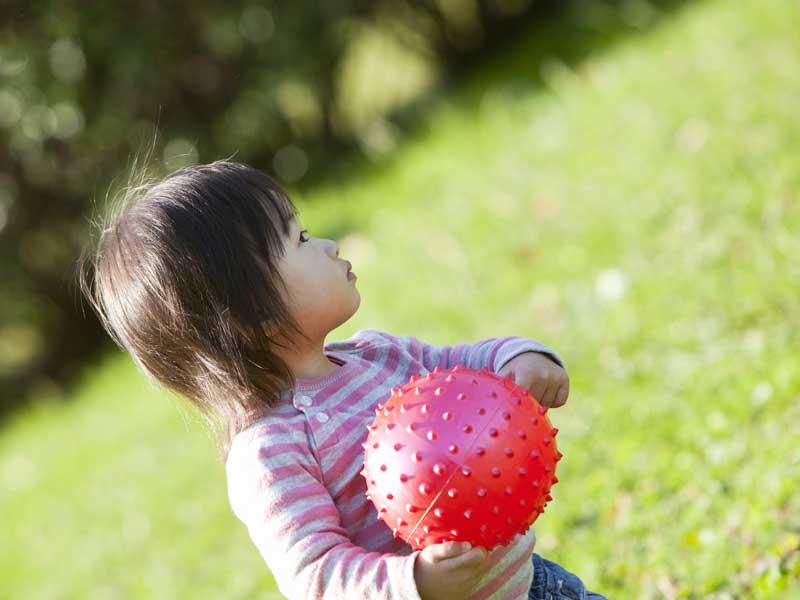 ボールで遊ぶ女の子