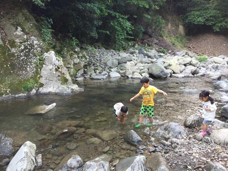 犬鳴山バーベキューにある川で遊ぶ子供たち