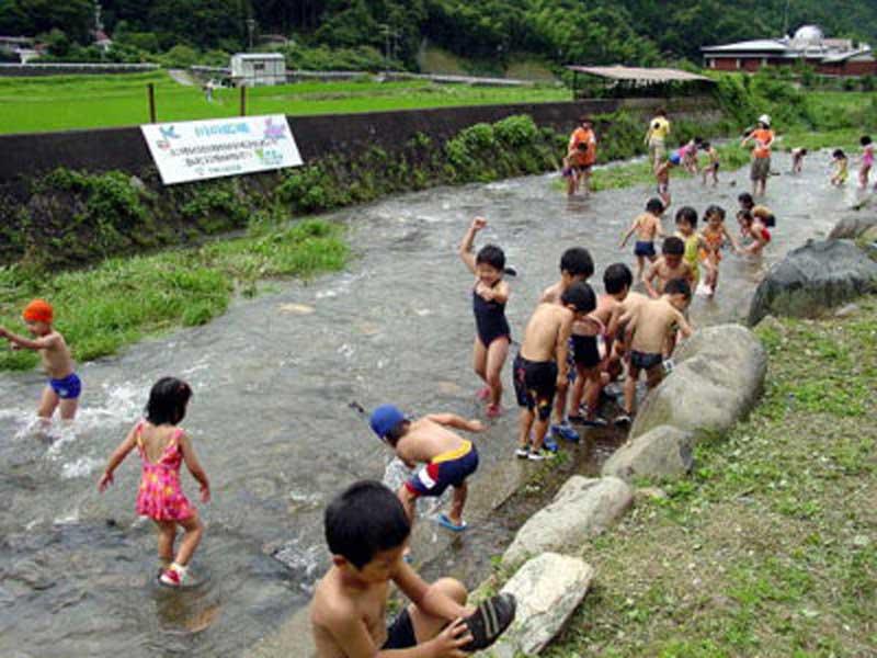 アクトパル宇治で川遊びをしてる子供たち