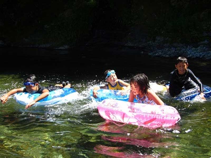 美山町自然文化村で浮き輪に乗って川遊び