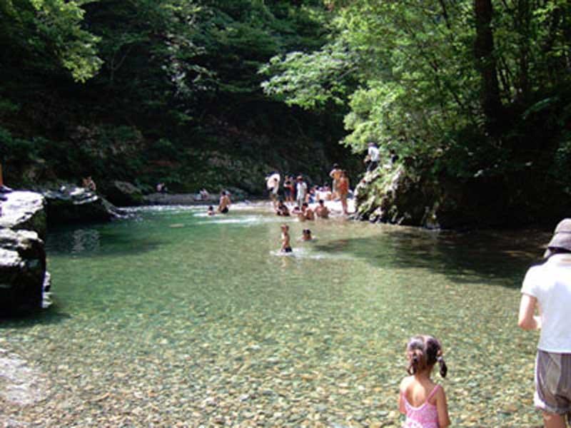 いこいの里久多キャンプ場で川遊びをしてる家族