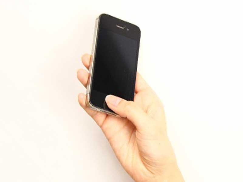 携帯電話を持つ手