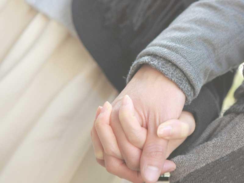 手を繋いでるカップル
