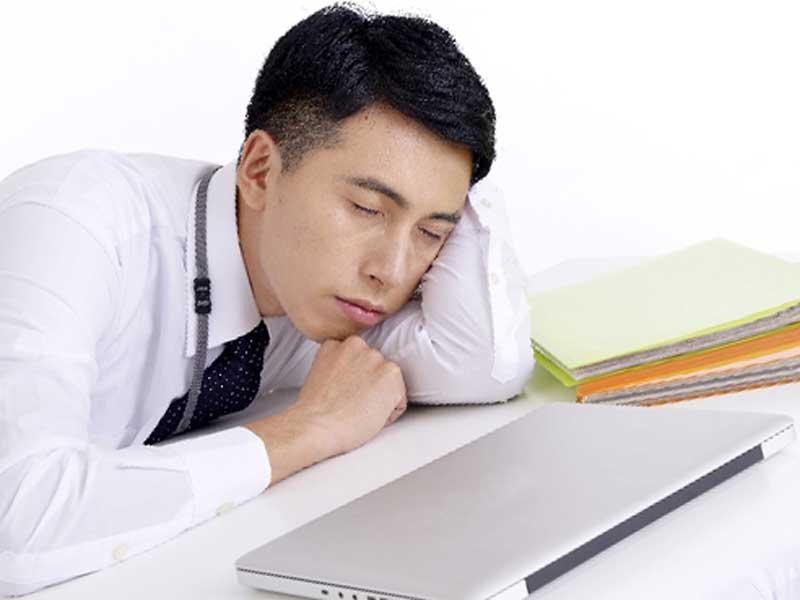 仕事で疲れている男性