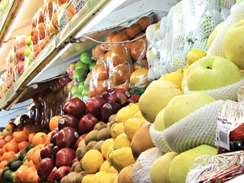 スーパーマーケットのフルーツコーナー