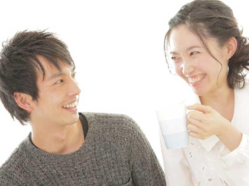 笑いながら会話をしている夫婦