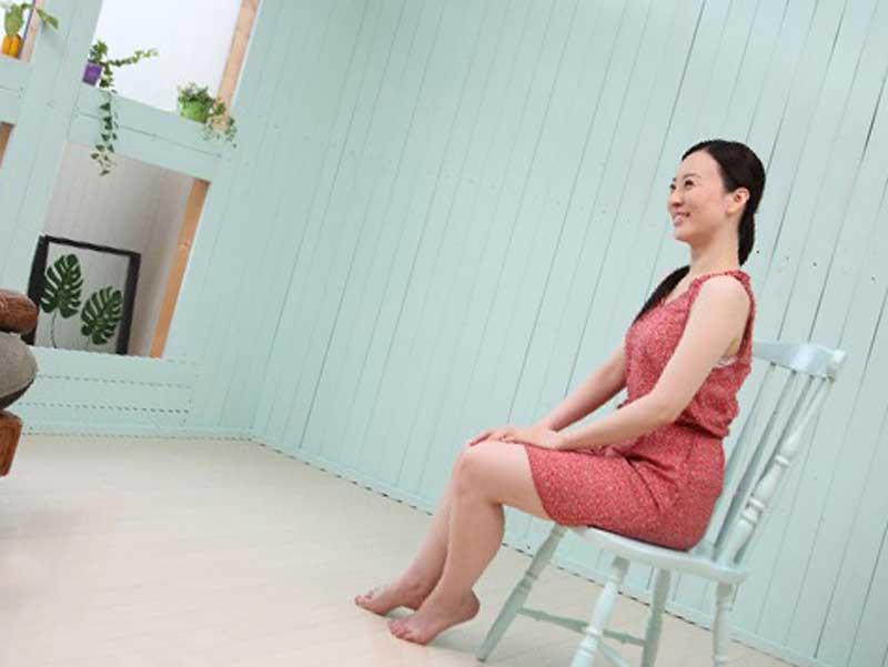 姿勢が正しく座っている女性