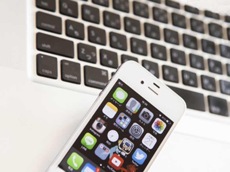 パソコンのキーボードと携帯
