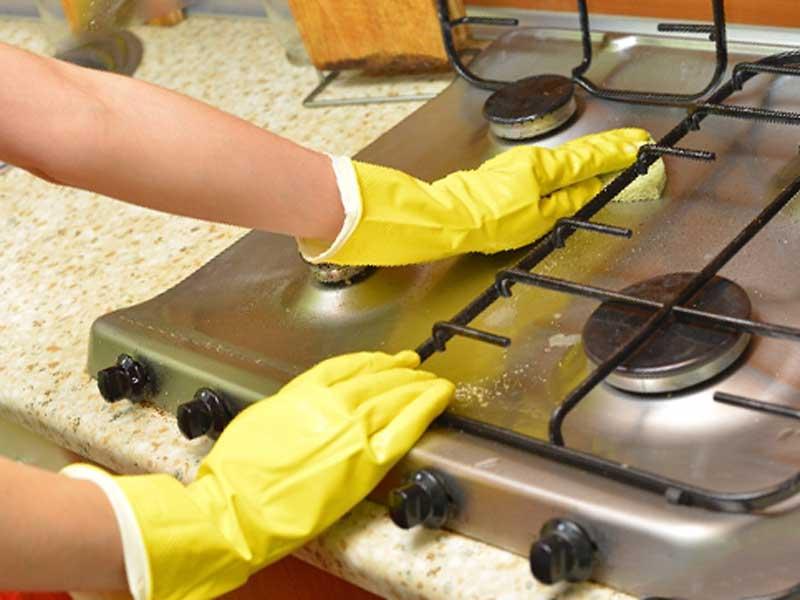 キッチンを掃除する奥さん
