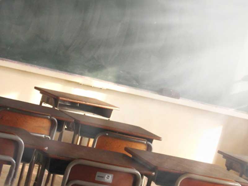 放課後の学校の教室