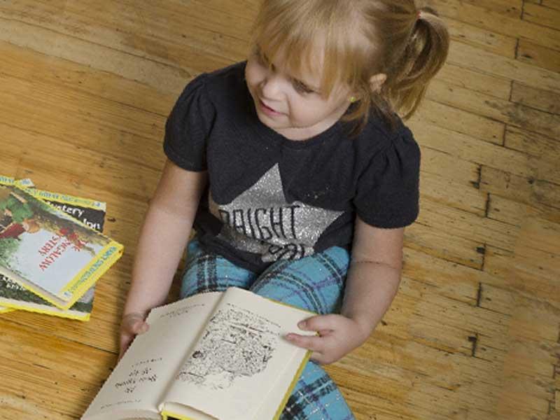 一人で本を読む女の子