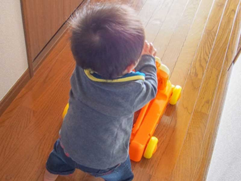 家で歩いている赤ちゃん