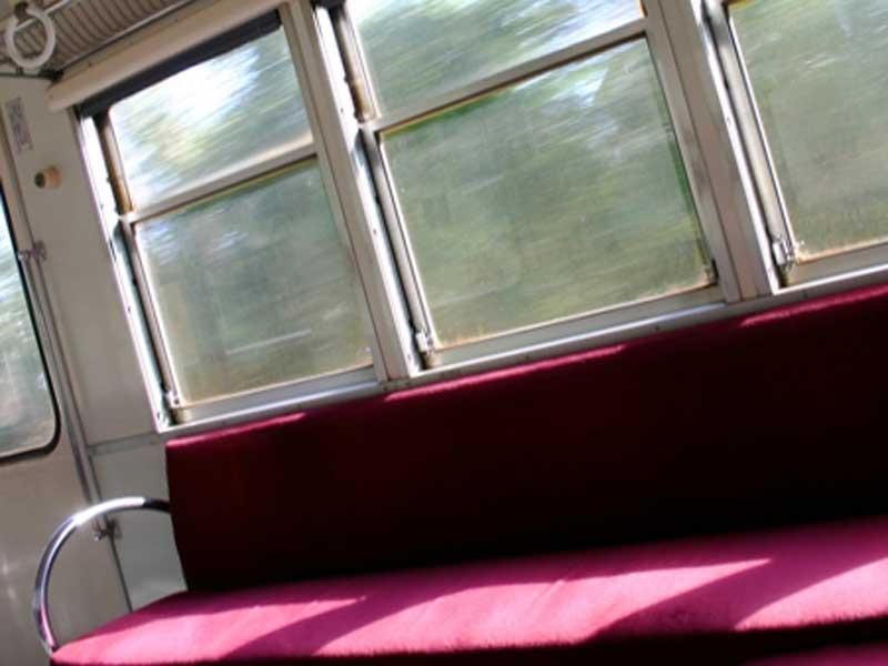 走っている電車の中