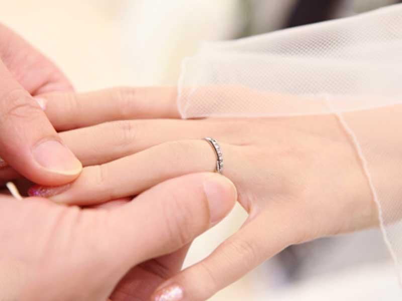 新郎が新婦に結婚指輪を付けている