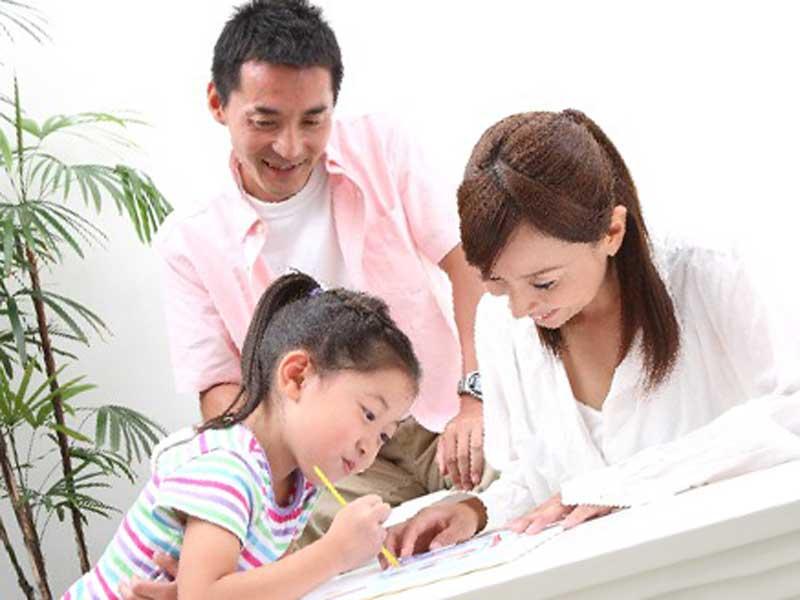 遊んでいるママとパパと子供