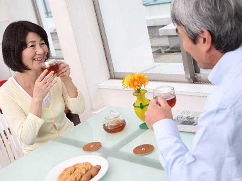 お茶をしながらコミュニケーションしている老夫婦