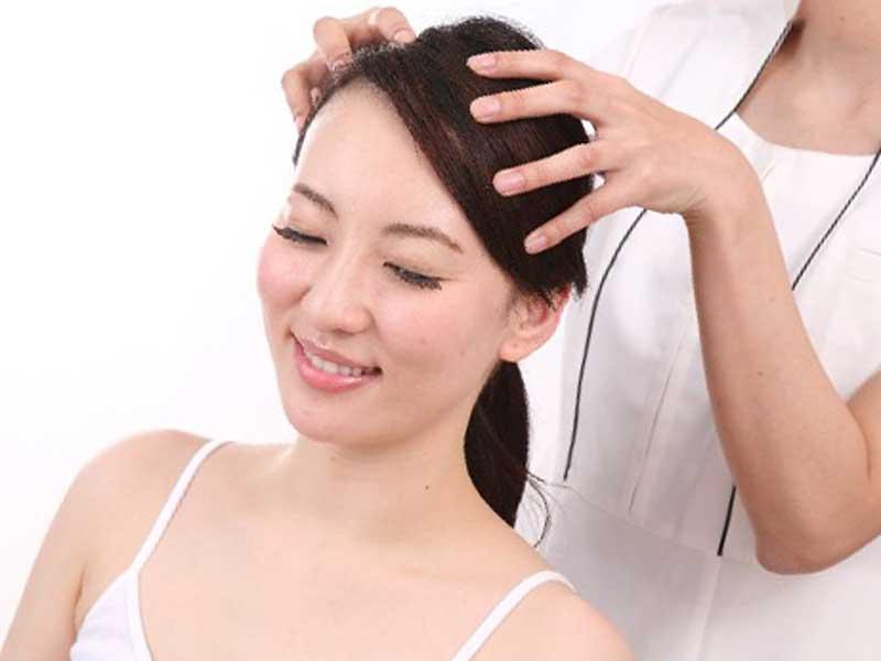 美容室で頭皮ケアをしている女性