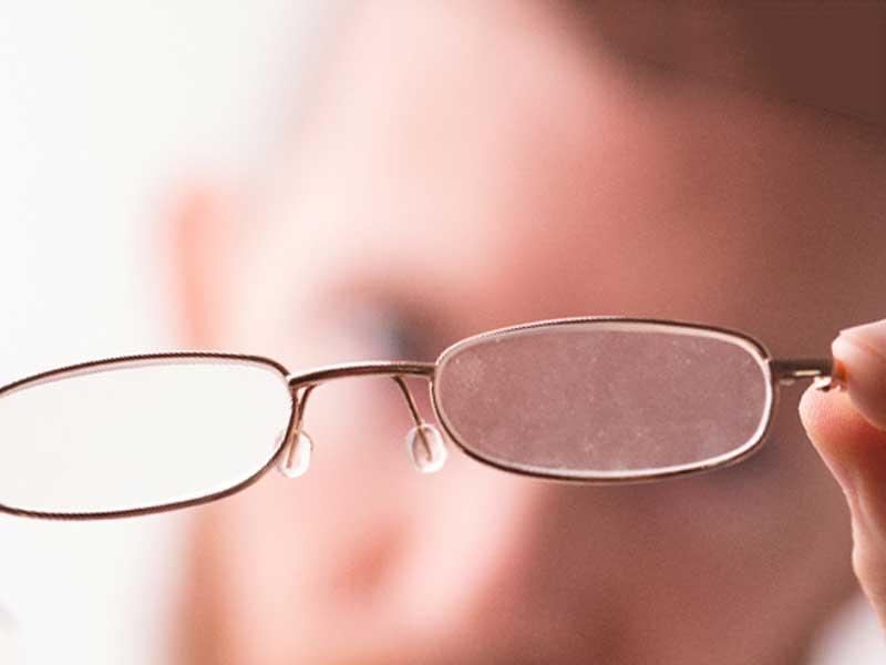 スマホ老眼でメガネを外すとぼやけて見える人の視界