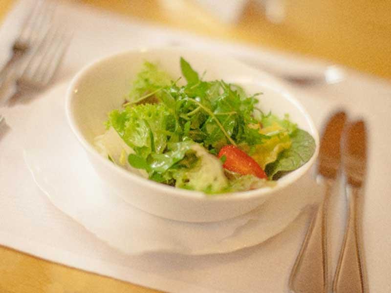 食卓にあがったサラダ
