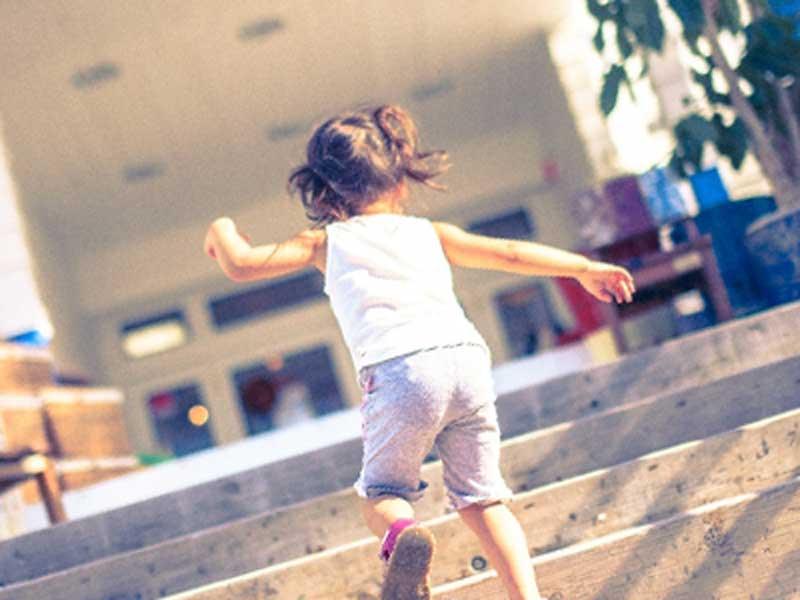 階段を上る小さい女の子