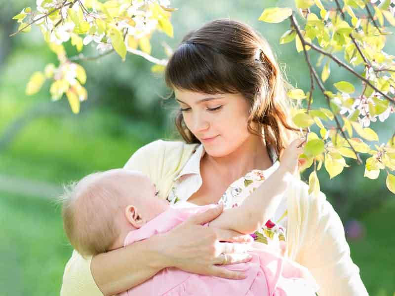 子供に授乳をしているお母さん
