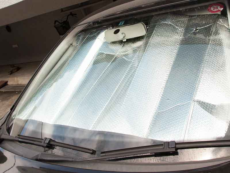 サンシェードで直射日光を防ぐ車