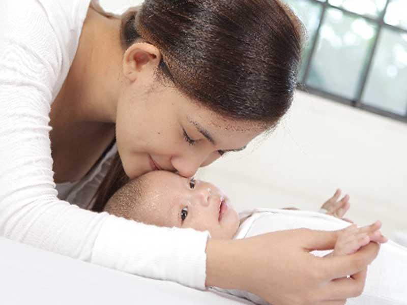 赤ちゃんにキスするお母さん