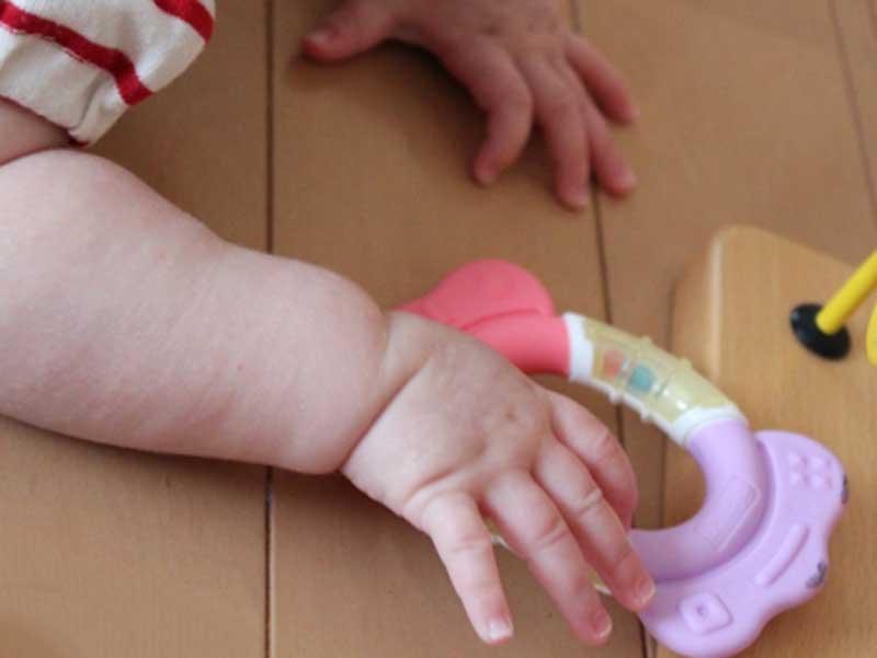 歯固めを握っている赤ちゃん