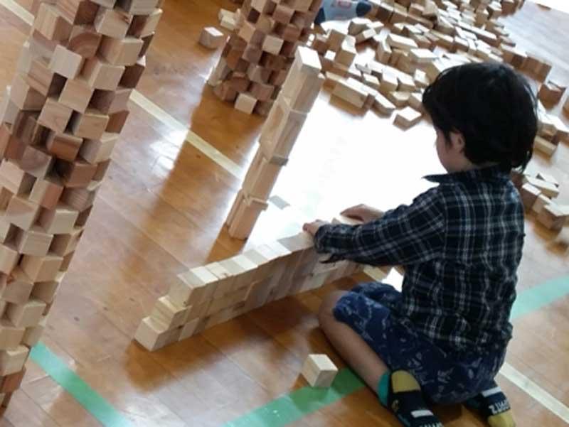 幼稚園で積み木で遊ぶ子供