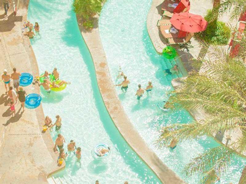 プールで遊んでいる人々