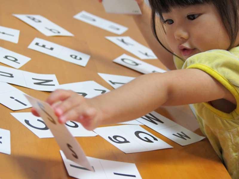 英語のカードで遊ぶ女の子