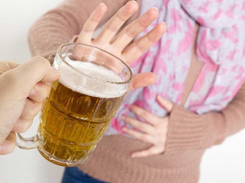 飲酒を断る女性
