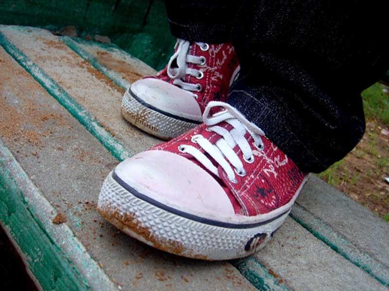 土が付いている子供の靴