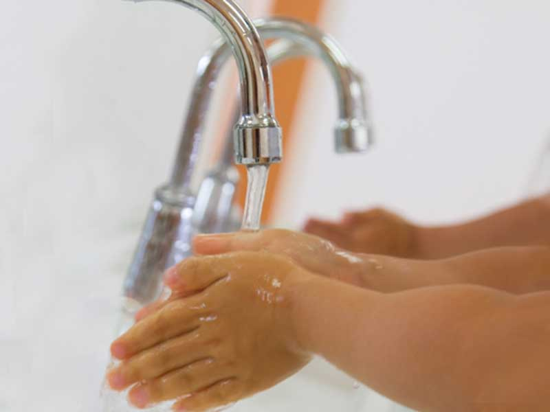 手を洗う子供達