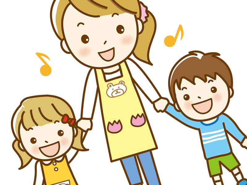 保育園の先生と一緒にいる子供達