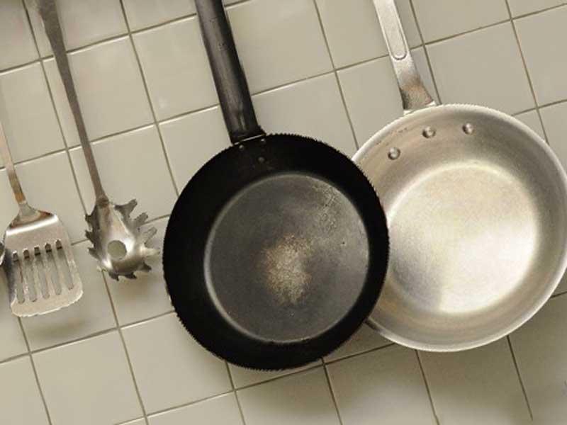 調理用の鍋とへら