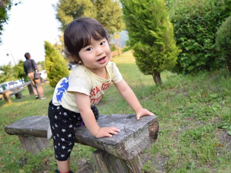 ベンチに乗ってる2歳の子供